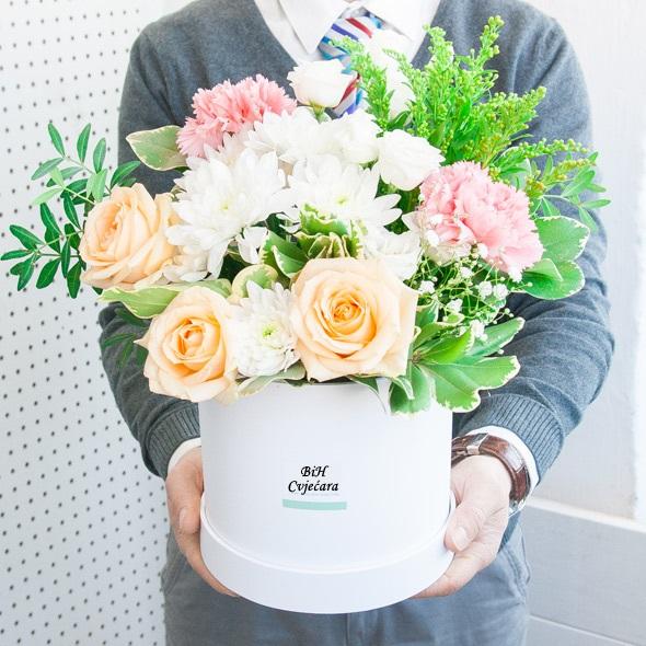 BiH Cvjećara vrši dostavu cvijeća na adresu po Vašoj želji.Nije bitna lokacija mi smo spremni da ukrademo osmijeh na bilo kojem mjestu i bilo kad.